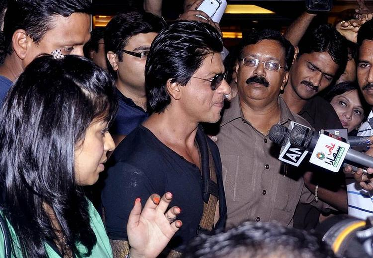 SRK Saying About His Shoulder Surgery To The Media After Discharging From Lilavati Hospital