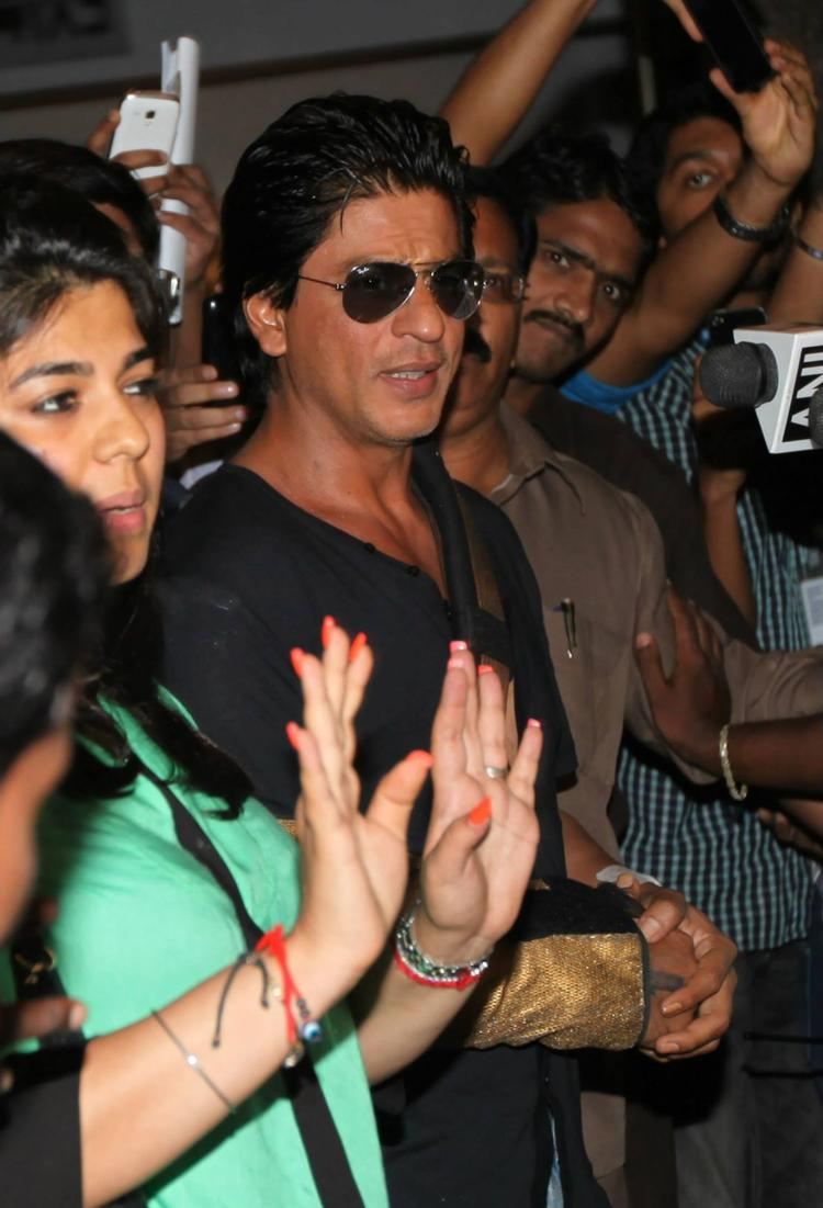 SRK Smiling Look Outside Of The Hospital After Discharged From Lilavati Hospital