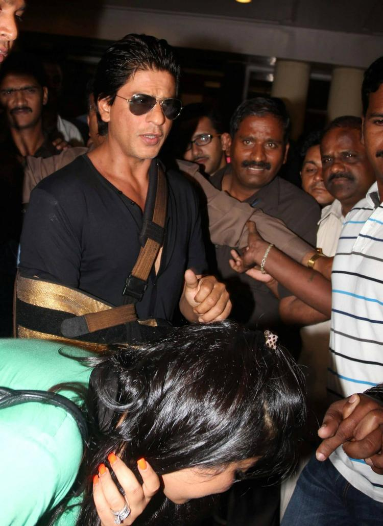 SRK Snapped After Discharged From Lilavati Hospital