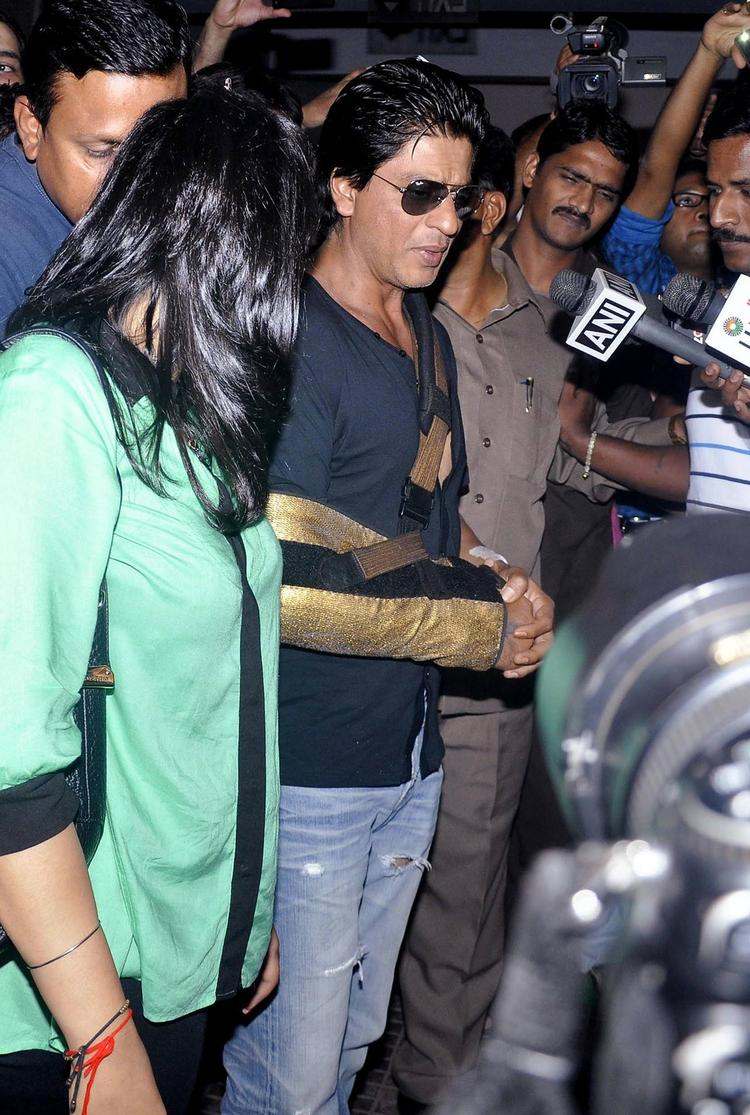 SRK Stylish Look After Discharged From Lilavati Hospital