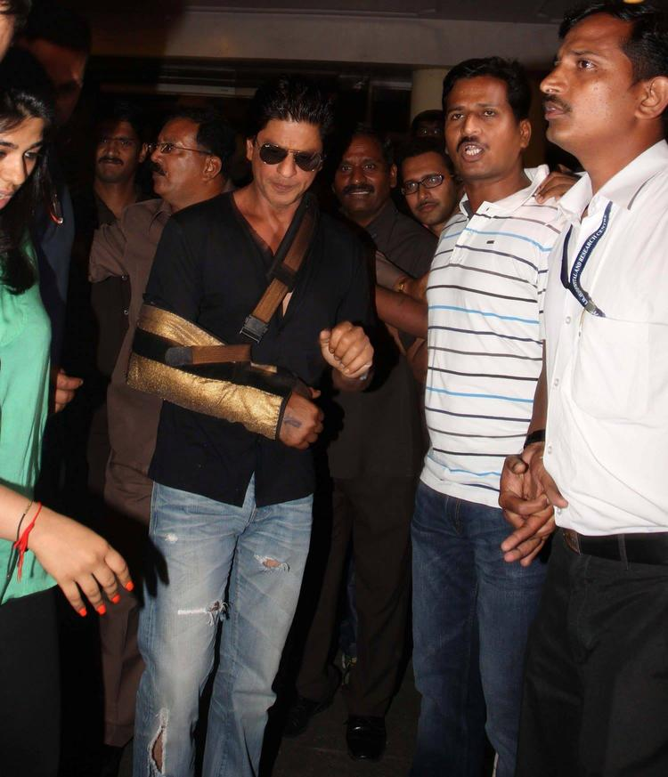 SRK Surgery Went Fine And Gets Discharged From Lilavati Hospital