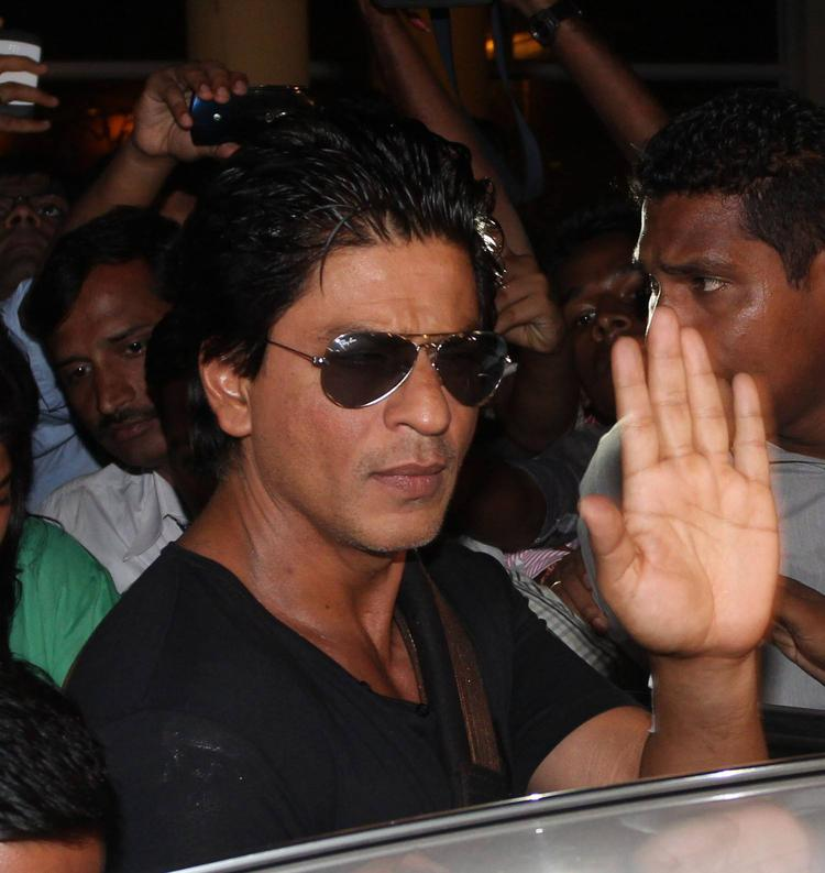 SRK Waves Hand To His Fans After Discharged From Lilavati Hospital
