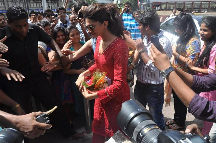 Deepika Padukone At Siddhivinayak To Seek Blessings For YJHD