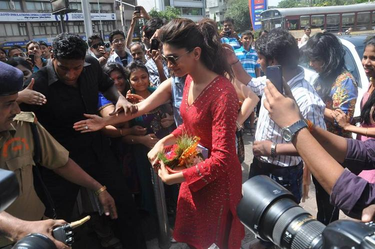 Deepika Padukone Still At Siddhi Vinayak Temple For The Success Of YJHD
