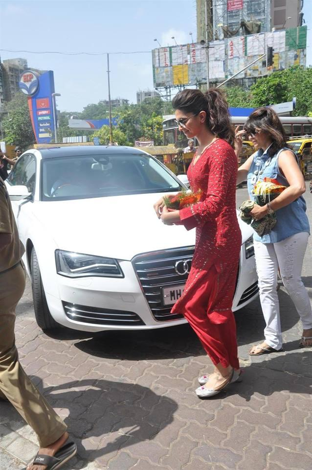 Deepika Visits Siddhi Vinayak Temple For Released YJHD Movie Success
