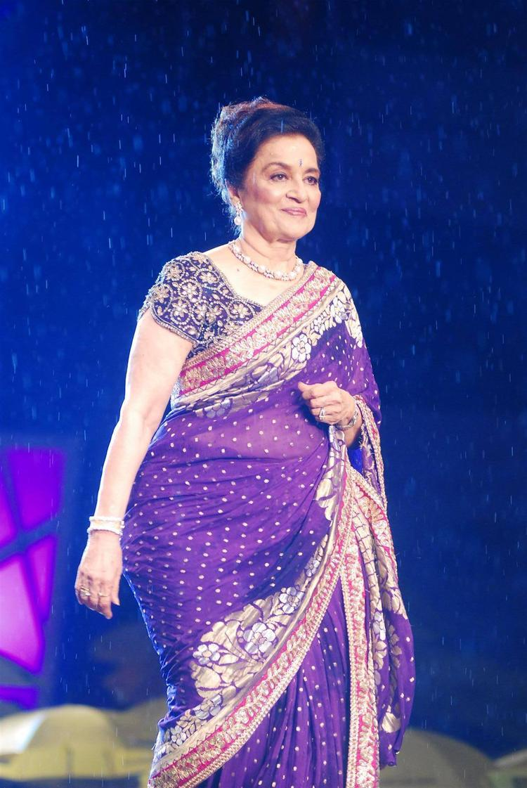 Asha Parekh Walk Ramp For Shaina NC In Support Of Cancer Patients