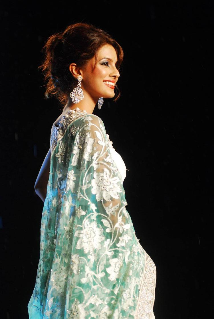 Geeta Basra Looking So Gorgeous At The Stage Showcasing This Designer's Collection