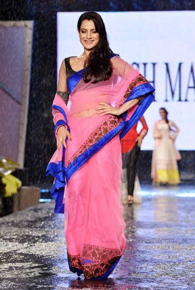 Ameesha Patel Walk Ramp For Manish Malhotra In Support Of Cancer Patients