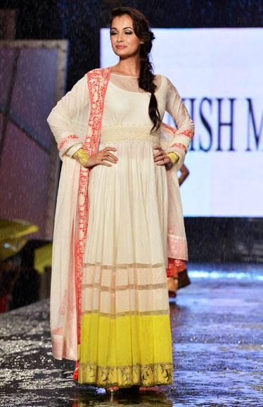 Dia Mirza Walk Ramp For Manish Malhotra In Support Of Cancer Patients