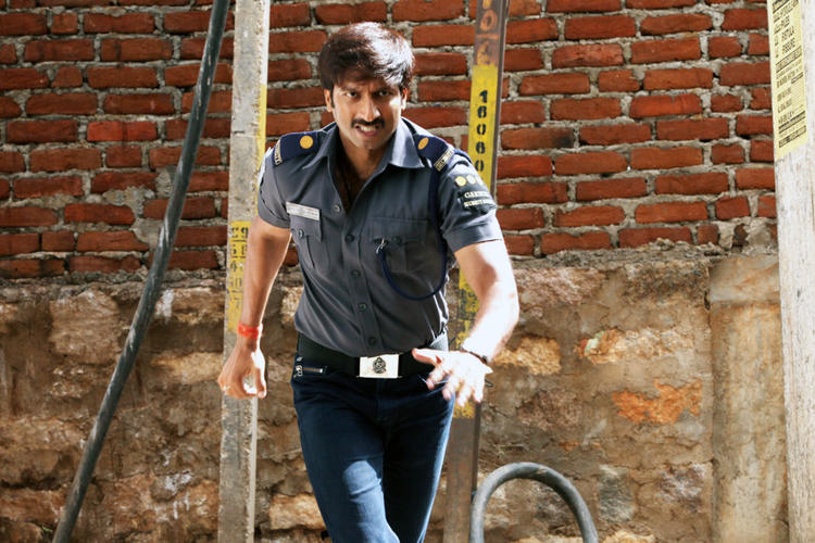 Gopichand Action Pose Still From Sahasam Movie