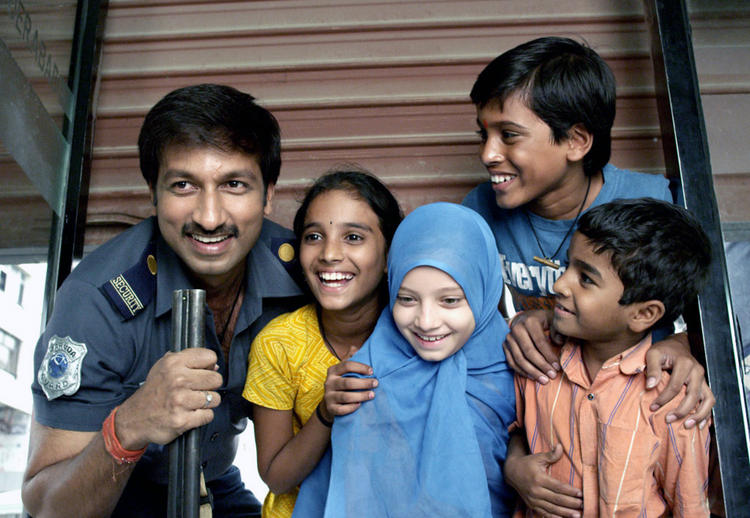 Gopichand Smiling Look With Kids From Sahasam Movie