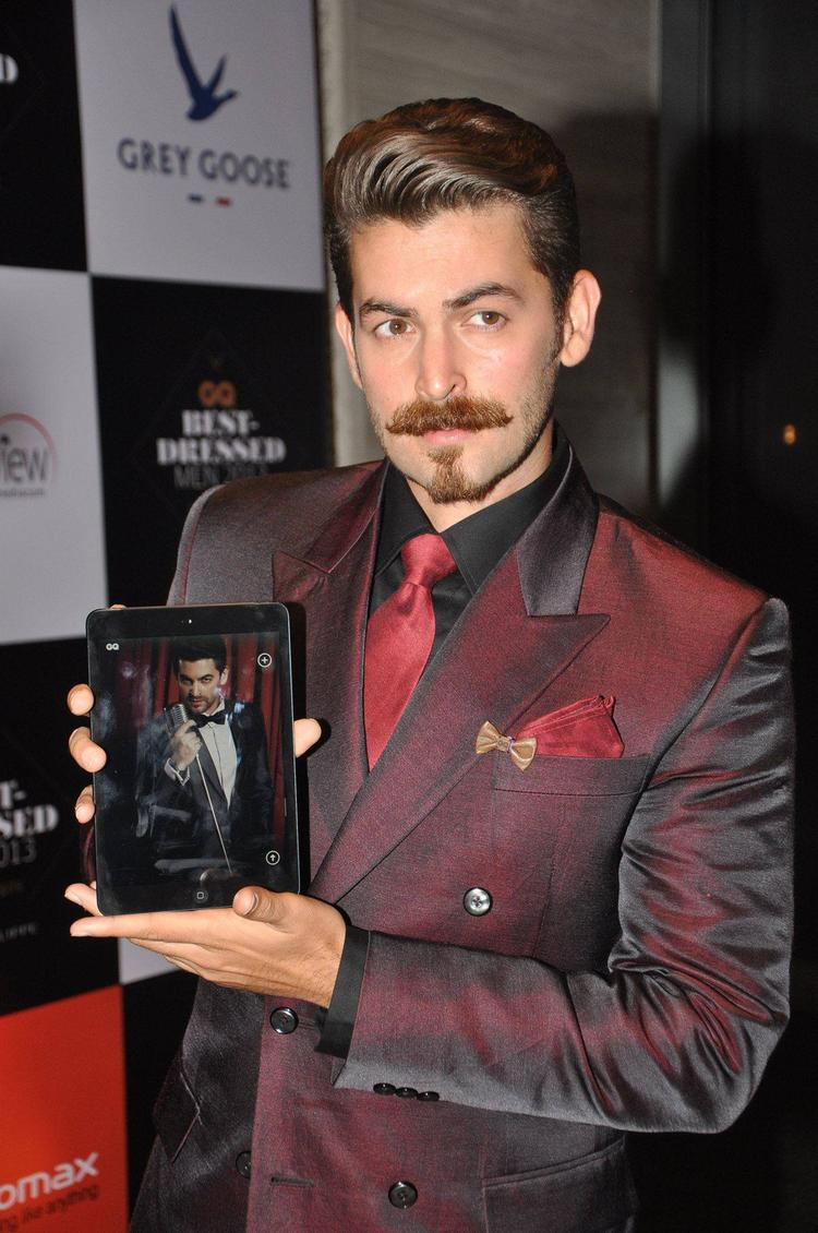 Neil Nitin Mukesh Pose With Tab During GQ Best Dressed Men 2013 Event
