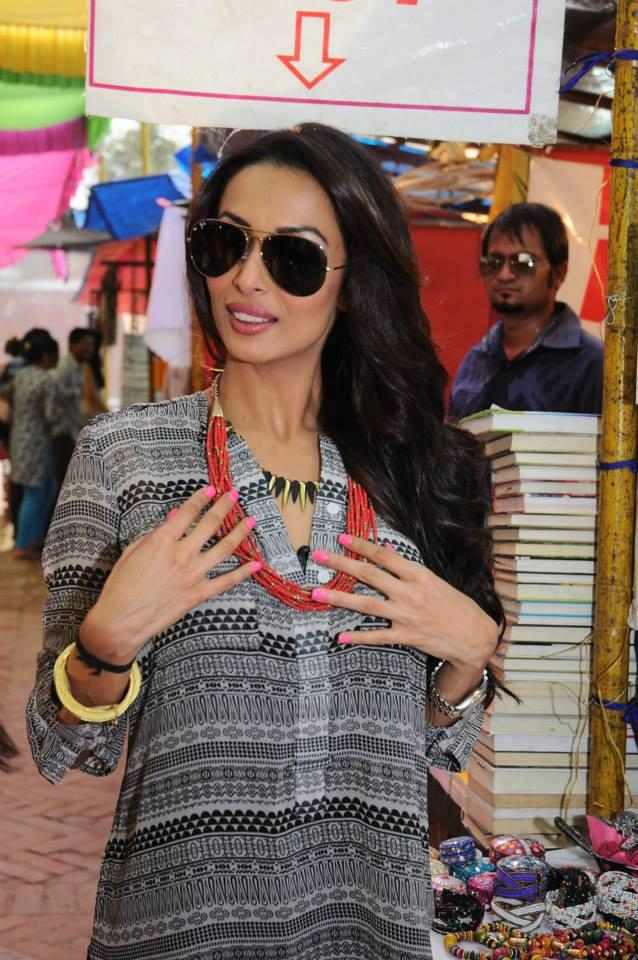 Malaika Wearing Red Chain In Delhi Market For Stars In Your City Event