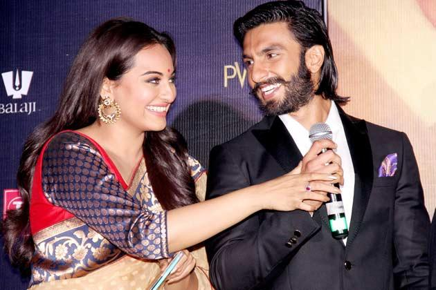 Sonakshi And Ranveer Cool Smiling Pose On Stage At Lootera Movie Audio Release Event