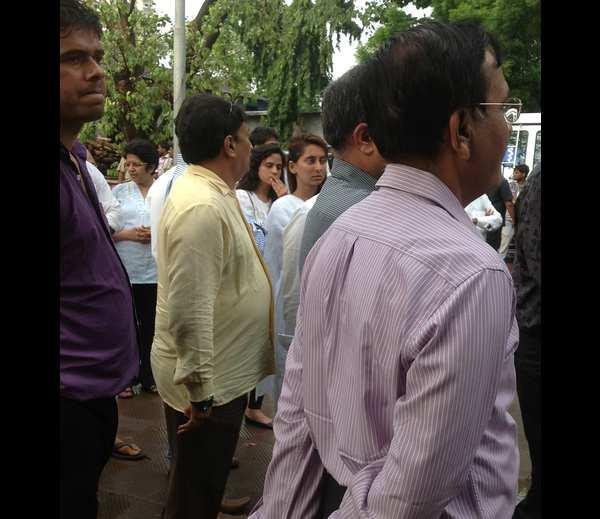 Celebrities Are Present At Priyanka Chopra's Dad Funeral Ceremony