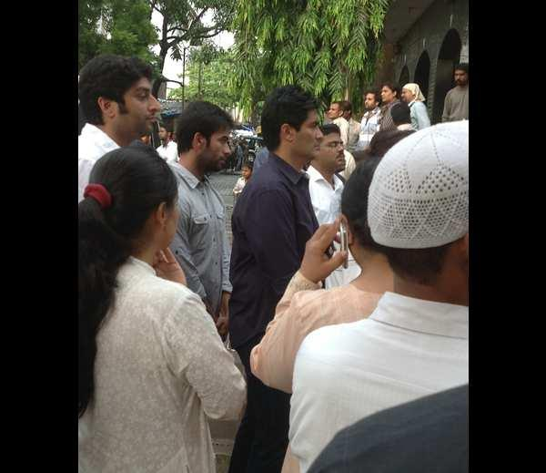 Manish Malhotra Going To Pay Tribute At Priyanka Chopra's Dad Funeral Ceremony