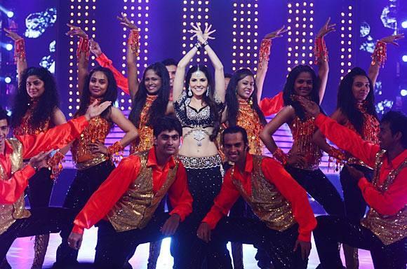 Sunny Leone Sizzles On The Sets Of Jhalak Dikhhla Jaa 6