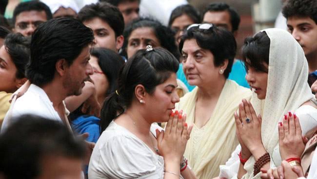 SRK Greets Priyanka Chopra At The Funeral Of Priyanka Chopra's Father