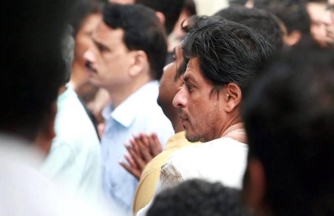 SRK Snapped At The Funeral Of Priyanka Chopra's Father