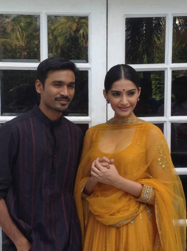 Dhanush And Sonam Posed In Lucknow For Their Latest Movie Raanjhanaa Promotions