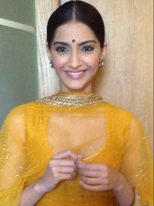 Sonam Kapoor Desi Look Cute Smiling During The Promotion Of Raanjhanaa In Lucknow