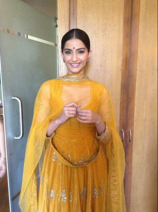 Sonam Kapoor Smiling Pose During The Promotion Of Raanjhanaa In Lucknow