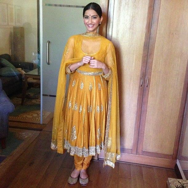 Sonam Kapoor Trendy Look In During The Promotion Of Raanjhanaa At Lucknow