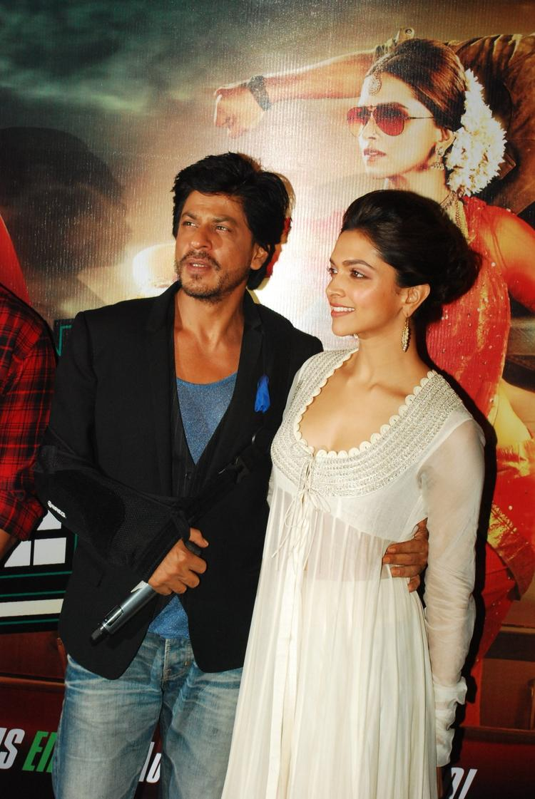 Bollywood King Khan Posed With Beautiful Deepika At The Chennai Express Trailer Launch Event