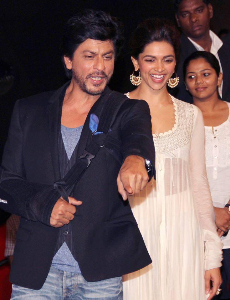 Shahrukh And Deepika Cool Pose At The Chennai Express Trailer Launch