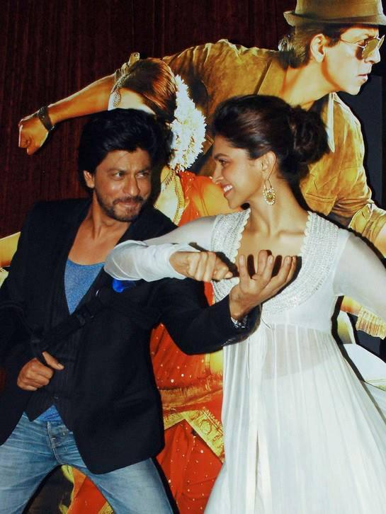 Shahrukh And Deepika Rocked On The Stage At The Trailer Launch Of Chennai Express