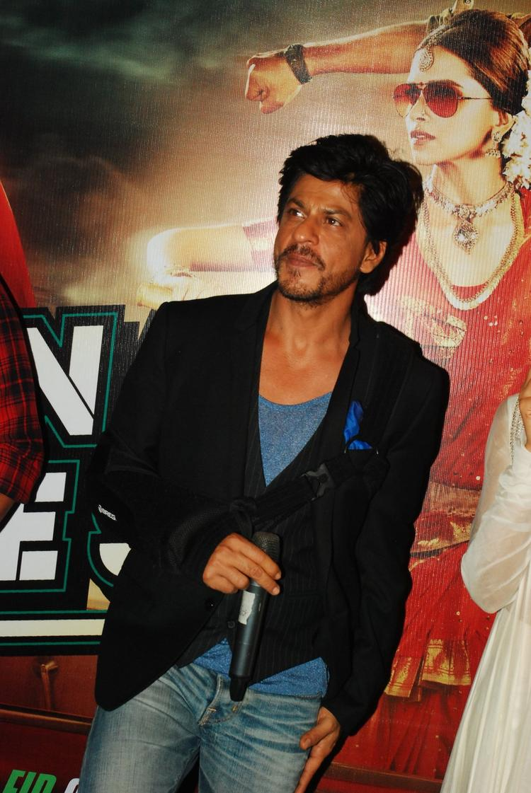 Shahrukh Khan Dappers Look In Suit During The Trailer Launch Of Chennai Express