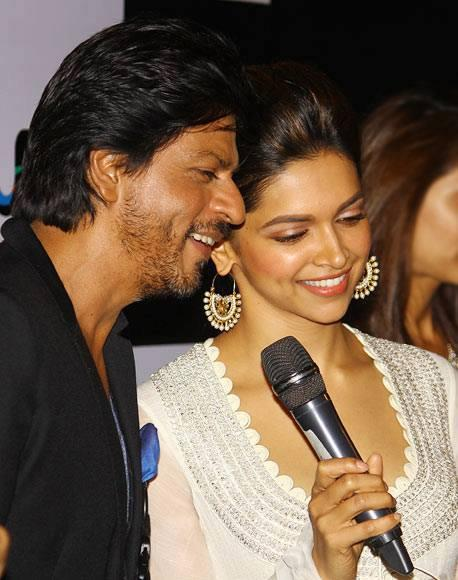 Shahrukh Speaking And Deepika Smiling Look At The Chennai Express Trailer Launch