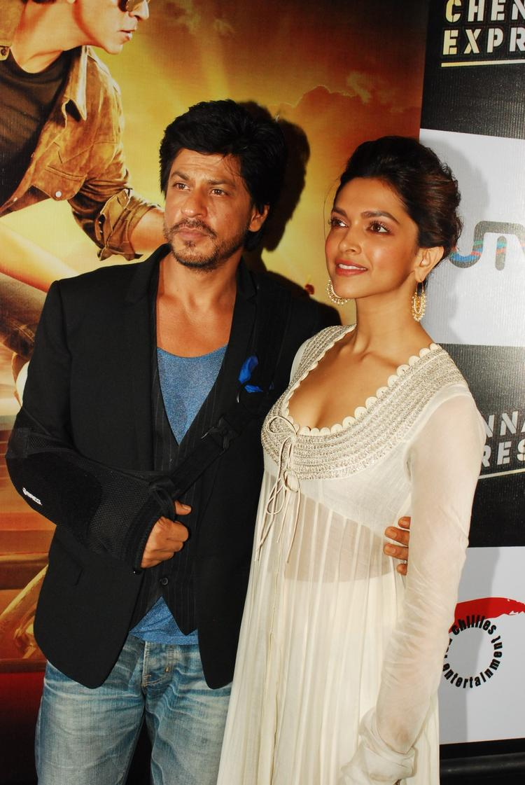 SRK And Deepika Clicked During The Trailer Launch Of Chennai Express