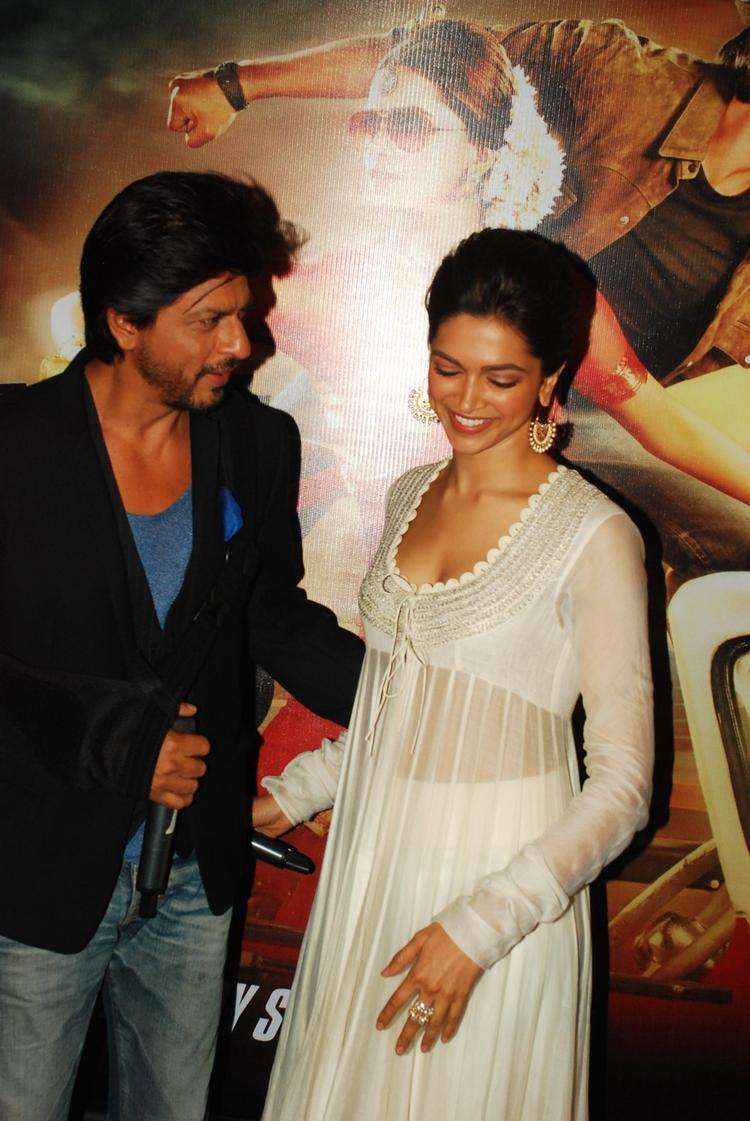 SRK And Deepika Cool Smiling Look During The Trailer Launch Of Chennai Express