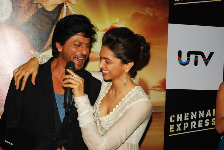 SRK And Deepika Enjoyable Moment During The Trailer Launch Of Chennai Express
