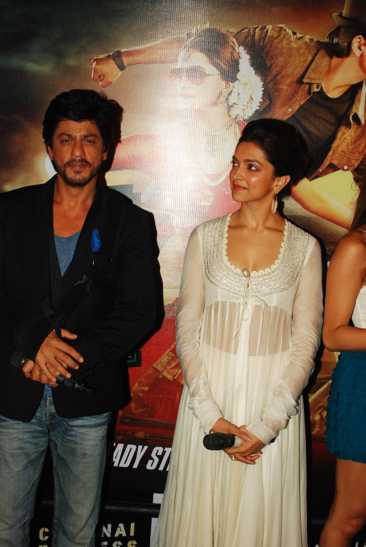 SRK And Deepika Nice Look At Chennai Express Trailer Launch