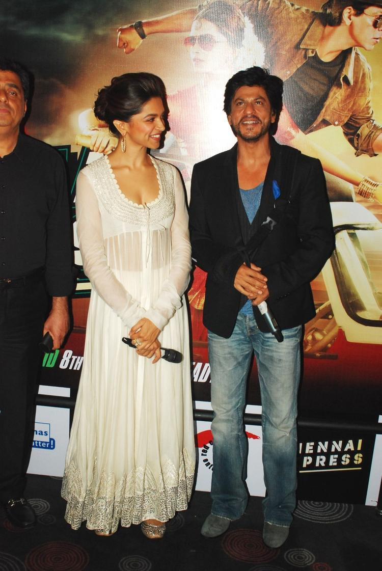 SRK And Deepika Posed For Camera At The Trailer Launch Of Rohit Shetty's Chennai Express