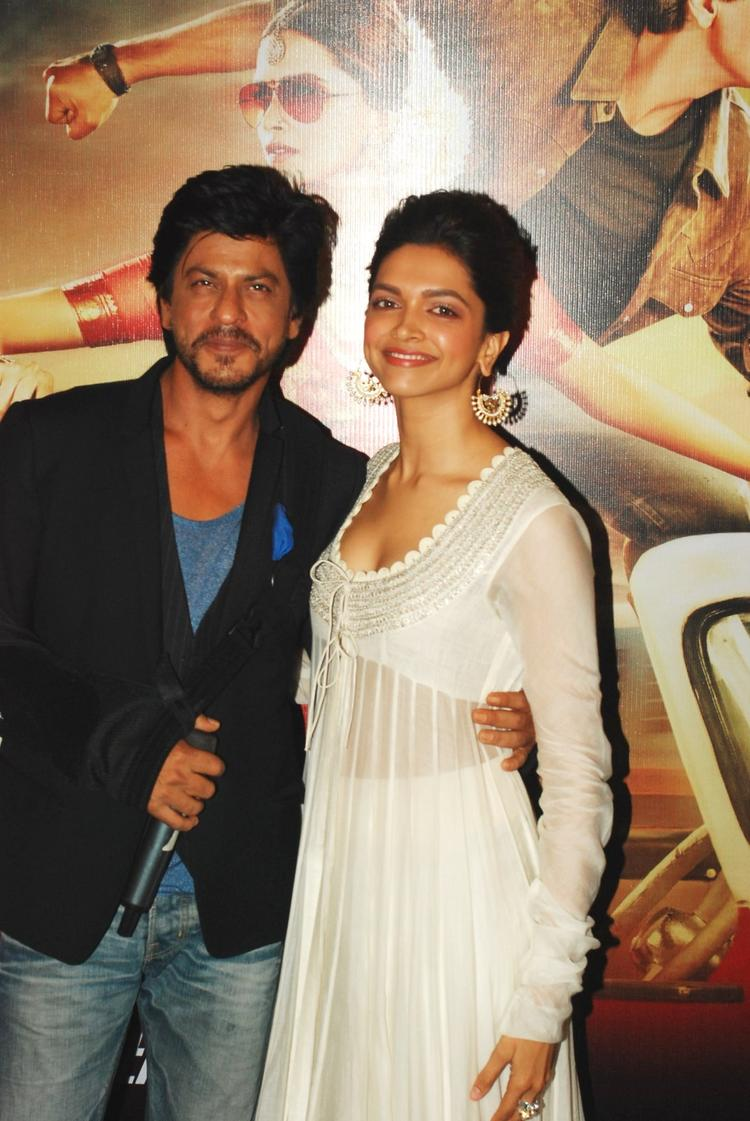 SRK And Deepika Strike A Pose At The Trailer Launch Of Chennai Express