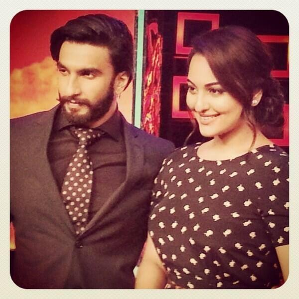 Ranveer And Sonakshi Posed On The Sets Of On Master Chef India Season 3 Grand Finale For Promoting Lootera Movie