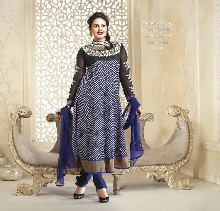 Huma Qureshi Looks Ravishing With Navy Blue Dupatta And Leheriya Type Design In Kurta
