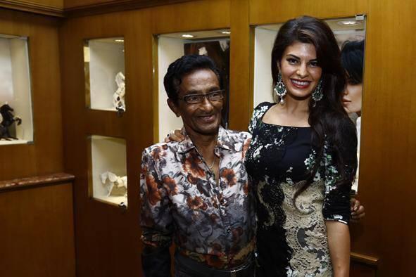 Jacqueline Fernandez Pose With A Fan In Colombo Jewellery Store