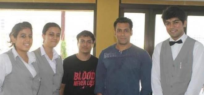 Salman Khan Posed With Crew Members On Sets Of Mental In Goa
