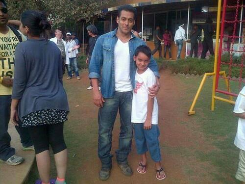 Salman Khan Posed With A Kids On Sets Of Mental In Goa