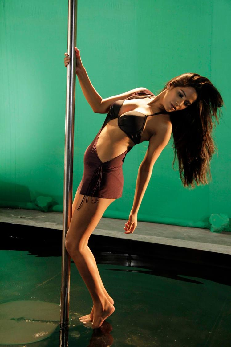 Poonam Pandey Performing Pole Dance In Black Bikini Hot Look On The Sets Of  Nasha Movie