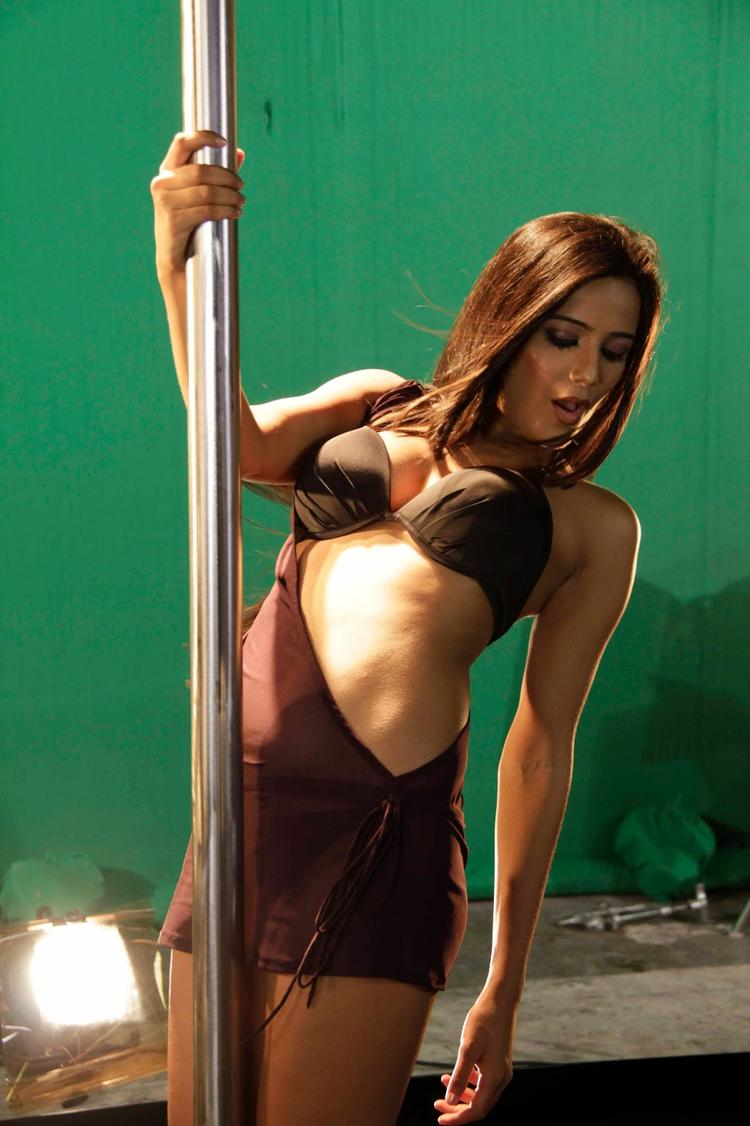 Poonam Pandey Sexy Pole Dance Pose On The Sets Of  Nasha Movie