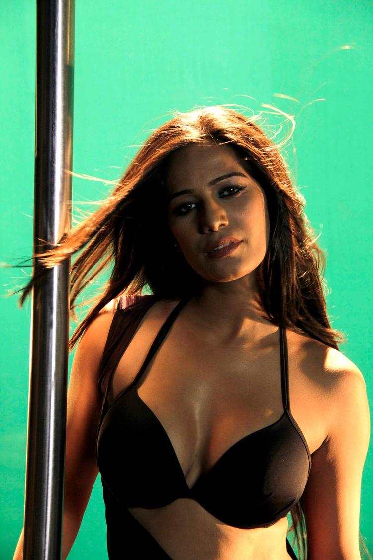 Poonam Pandey Sizzling Spicy Hot Look Still On The Sets Of  Nasha Movie