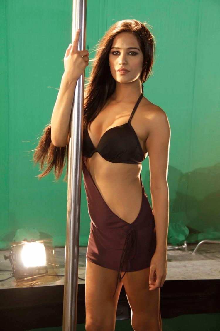 Poonam Pandey Spicy Hot Pose On The Sets Of  Nasha Movie