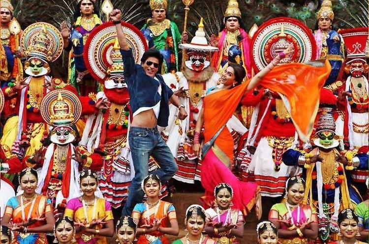 SRK And Deepika Cool Rocking Pose Still From Chennai Express Movie