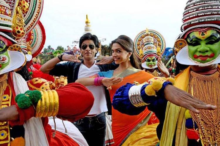SRK And Deepika Dancing Pose Still From Chennai Express Movie