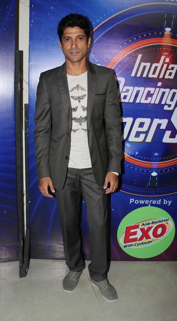 Farhan Promotes His Movie Bhaag Milkha Bhaag On The Sets Of India's Dancing Superstars